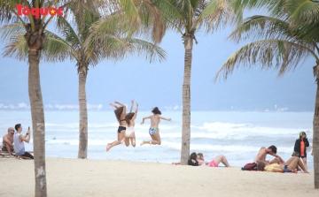 Khách Tây tắm biển, thư giãn trên biển Đà Nẵng